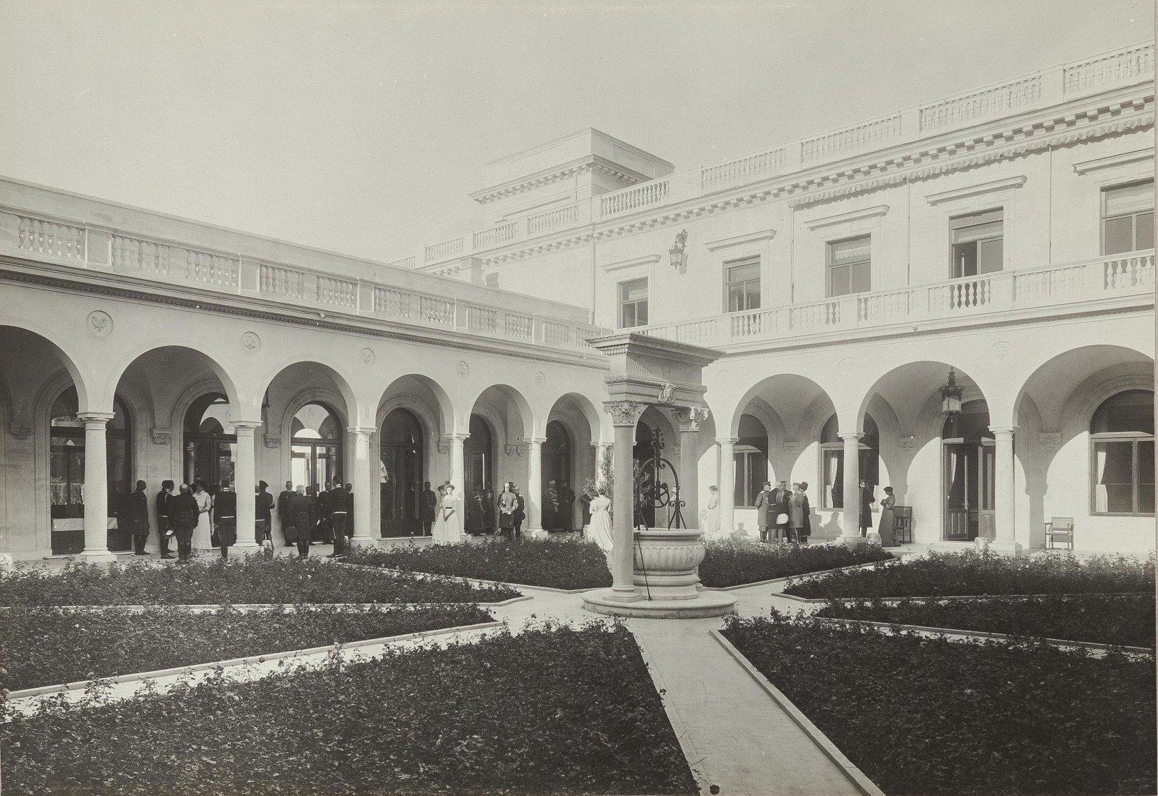 12. Ливадийский дворец. Внутренний двор с колодцем