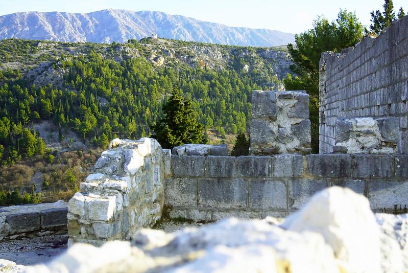 Фрагменты Видошкого града на фоне гор
