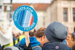 Demonstrant mit einem Scientists for Future Transparent. Demo gegen Umweltverschmutzung und Klimaerwärmung
