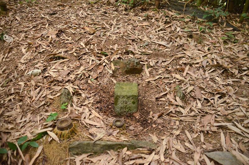 千兩山北峰冠字次中(04)的山字森林三角點(Elev. 1300 m)