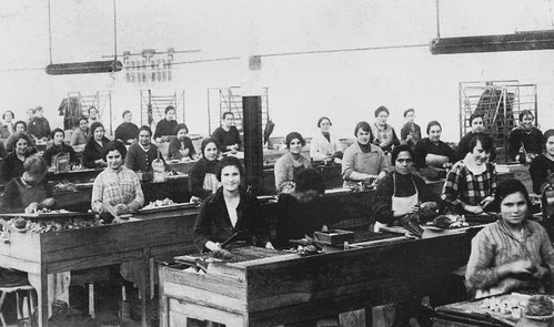 Un grupo de cerilleras trabajando en la fabrica de Irun