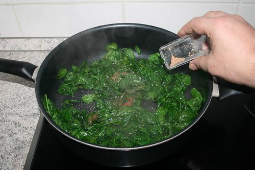 33 - Spinat zusammenfallen lassen & würzen / Reduce & season spinach