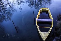 Bateau jaune dans le marais poitevin - Photo of Sansais
