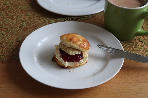 Scone mit Clotted Cream und East Anglian Strawberry Conserve (mein 2.)