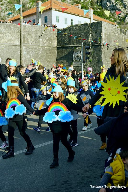 Детская группа на карнавальном шествии