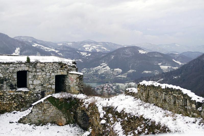 Крепость на фоне гор
