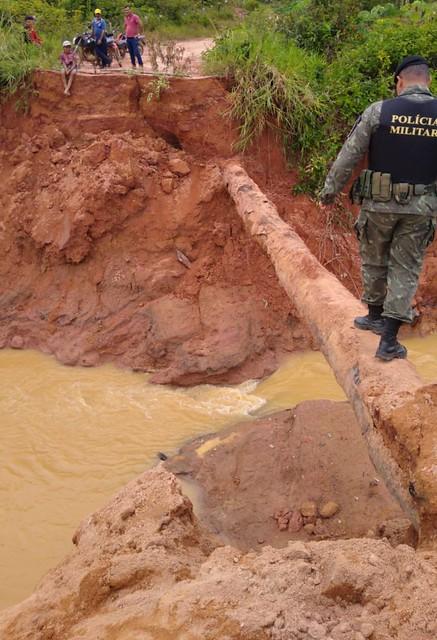 Seis pontes teriam sido destruídas com o rompimento da barragem, provocando o isolamento das famílias - Créditos: Foto: Divulgação/Polícia Ambiental