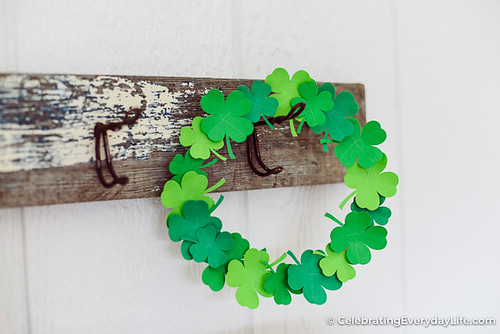How-to-Make-an-Easy-Paper-Shamrock-Wreath-12