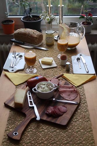 Frühstück am Sonntagmorgen (mit frisch gebackenem Dinkelvollkornbrot, frisch zubereitetem Multivitamin-Smoothie und Aufschnitt vom Osnabrücker Wochenmarkt am Vortag)