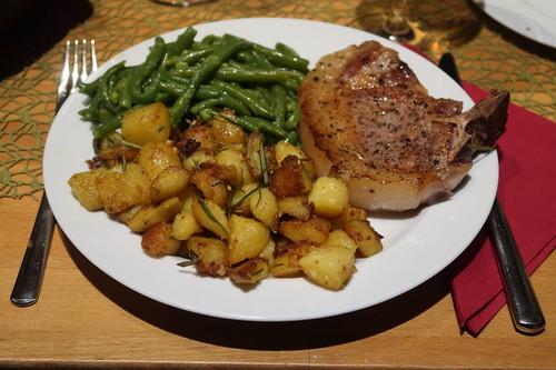 Kotelett (vom Bentheimer Landschwein) mit Butterbohnen und Rosmarinbratkartoffeln