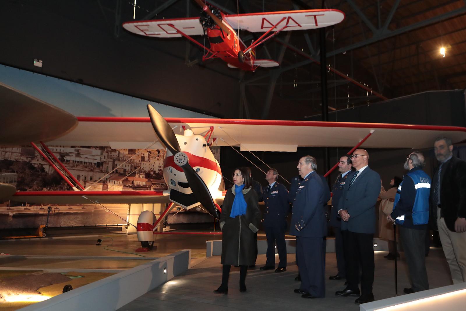 La ministra de Defensa en el hangar 1 del Museo del Aire