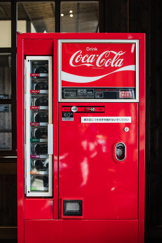 下今市駅待合室にあるコーラの自販機のレプリカ