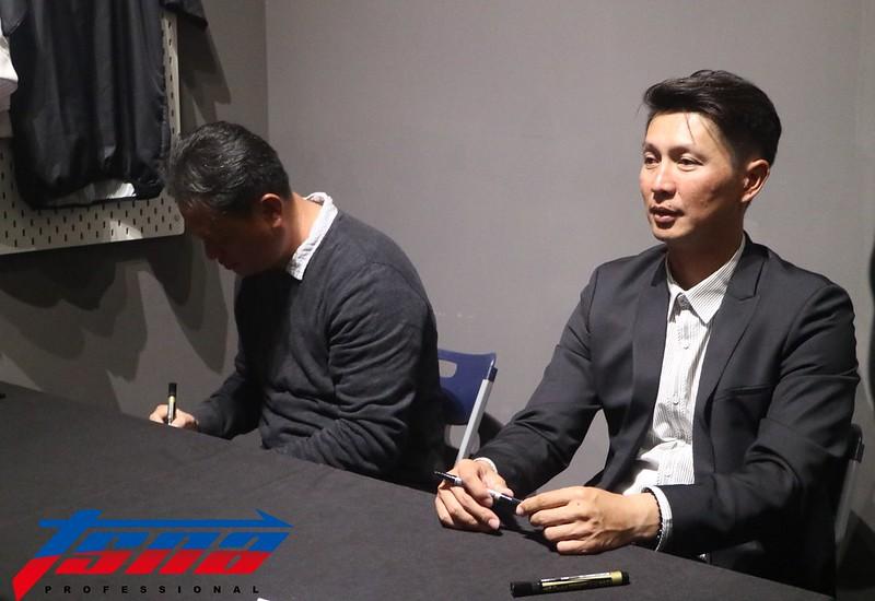 高志綱(右)與曹竣揚於座談後進行簽名會。(葉芳瑜/攝)
