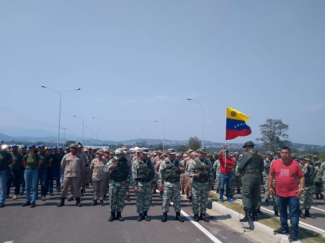 Venezuelanos transformam ponte fronteiriça em tribuna anti-imperialista