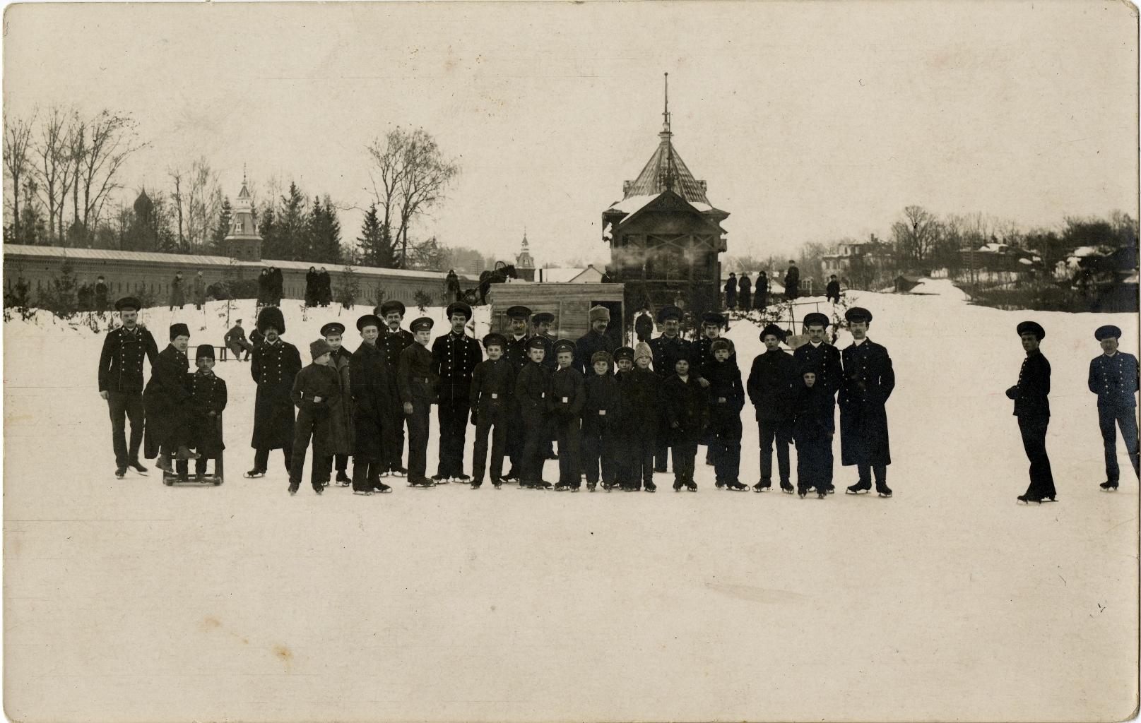 Студенты Московской Духовной Академии за катанием на коньках по Келарскому пруду