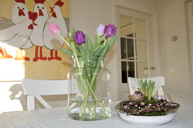 Vaas met tulpen eettafel kippenschilderij