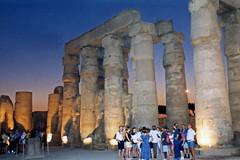 1999.10.075 LOUXOR - Le  temple - Cour Ramsès II de nuit