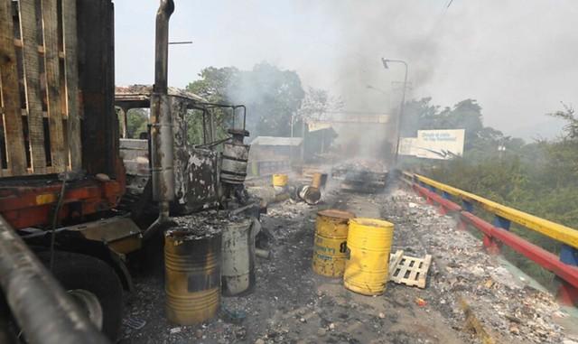 Incêndio em caminhão com ajuda humanitária na Venezuela foi causado por opositores