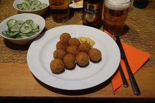 Frittierte Bitterballen (vom Albert Heijn) mit Senf zu Gurkensalat und Hertog Jan Bier (mein Teller)
