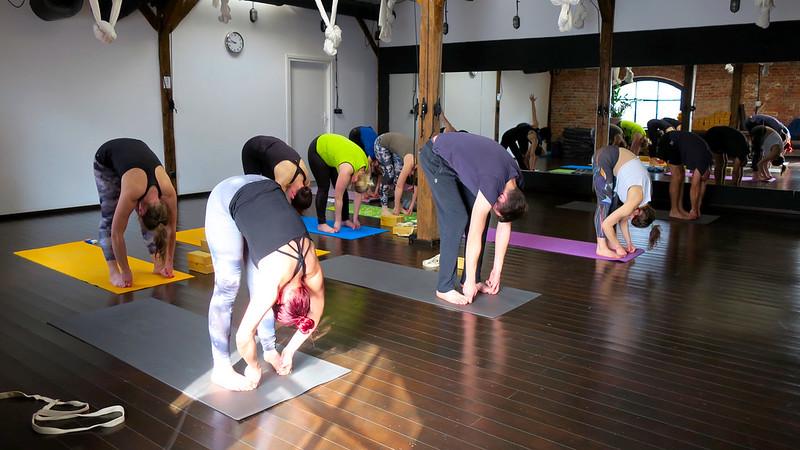 Grupa praktykująca jogę