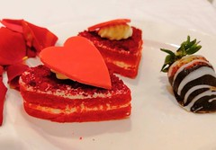 Red Velvet Heart Cake With Chocolate Strawberry~!! 🍰 🍓 #saturday #weekend #night #red #velvet #heart #cake #creamy #chocolate #strawberry #roses #yummy #click #smile #likes #love