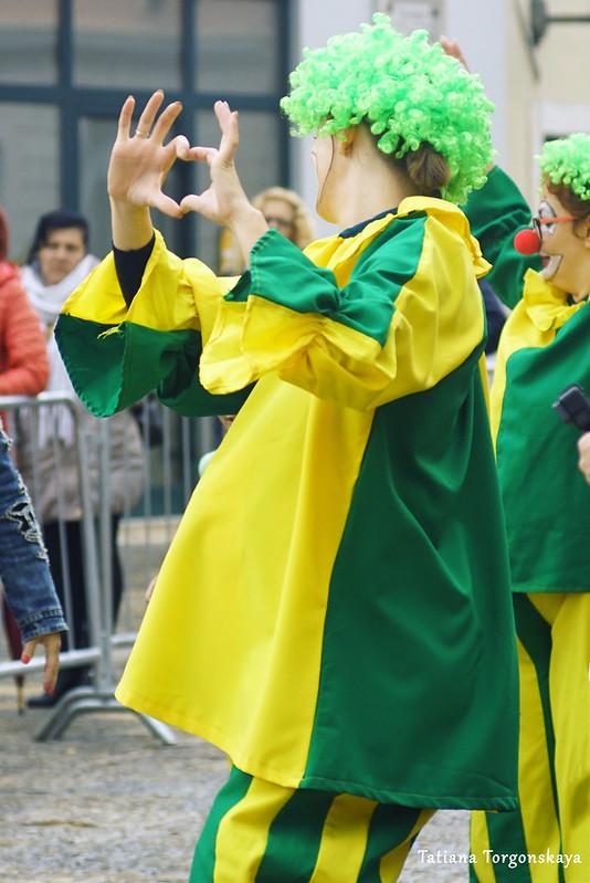 Клоуны на карнавальном шествии