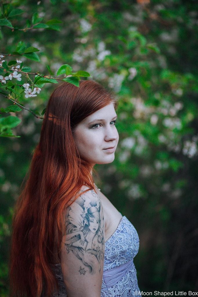 Pitkat_hiukset_valokuvaus_kirsikkapuu