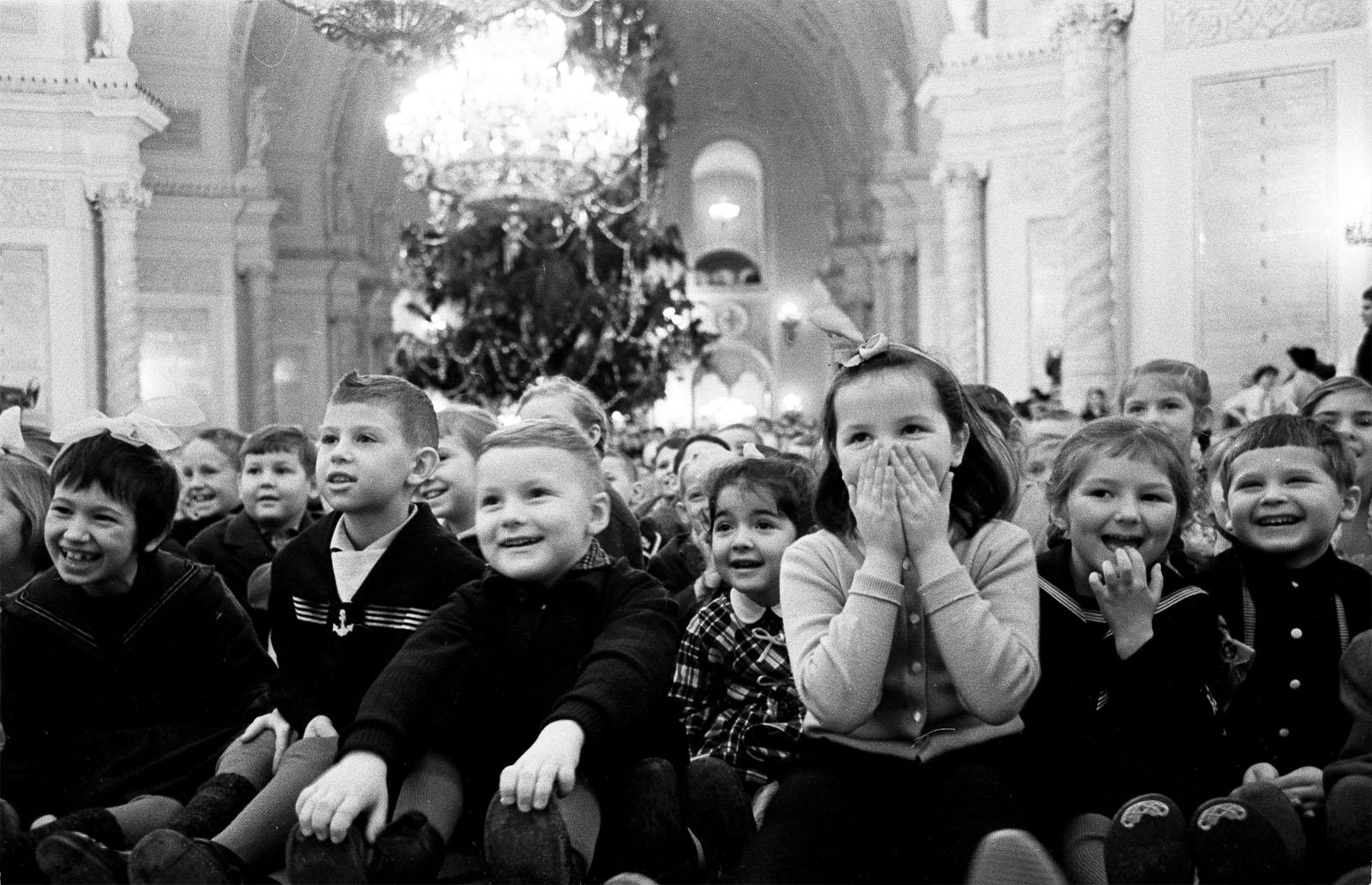 1962. Юные зрители на новогодней ёлке в Георгиевском зале Большого Кремлёвского дворца. Автор В. Егоров. 3 января