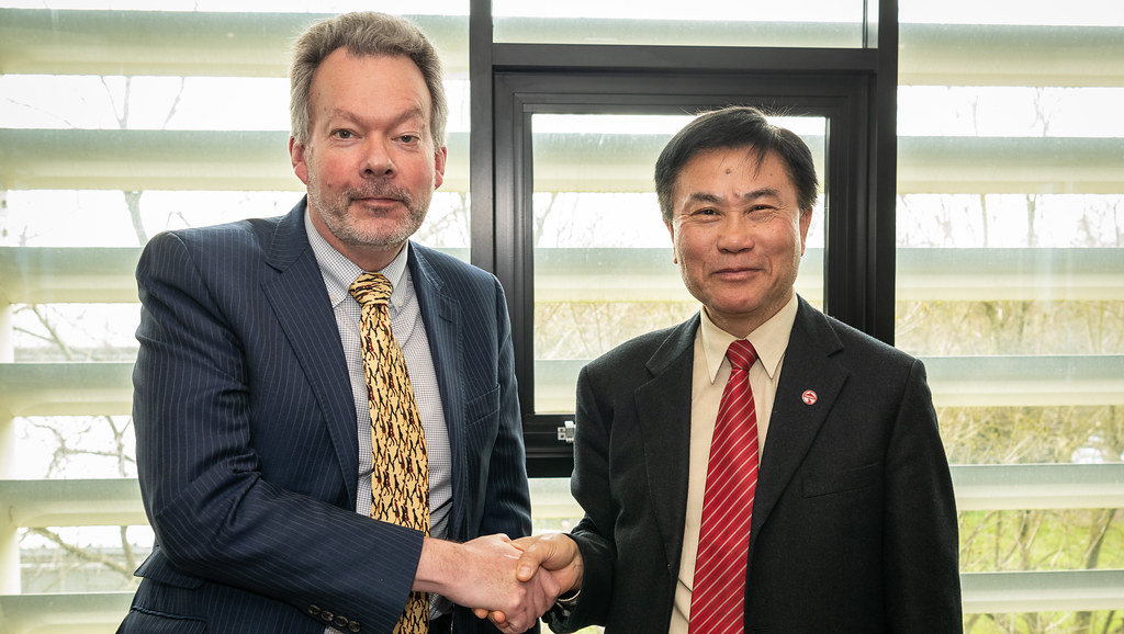 Professor Jeremy Bradshaw with Professor Leonard K Cheng, Lingnan University
