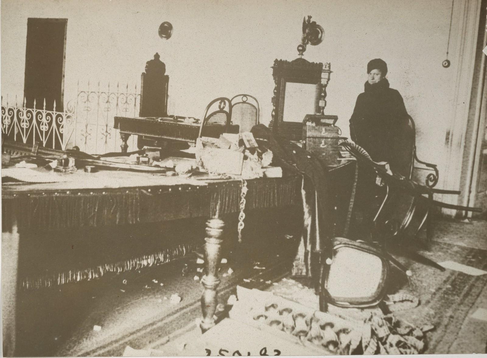 1917.  Вид разрушений в Судебной палате после октябрьских боёв