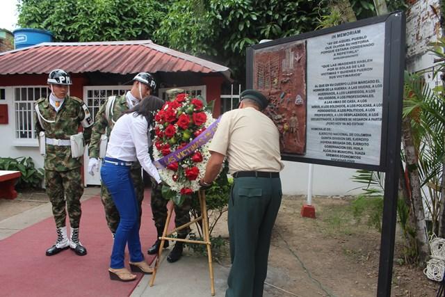 habitantes de Suaza y Altamira honran la muerte de las victimas.