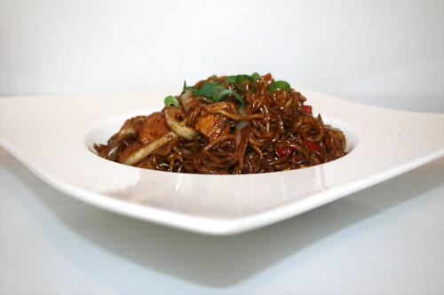 26 - Chicken vegetable ramen noodles - Side view / Hähnchen Gemüse Ramen Nudeln - Seitenansicht