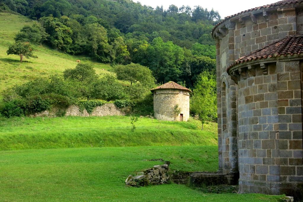 ábside, palomar y prados en Asturias