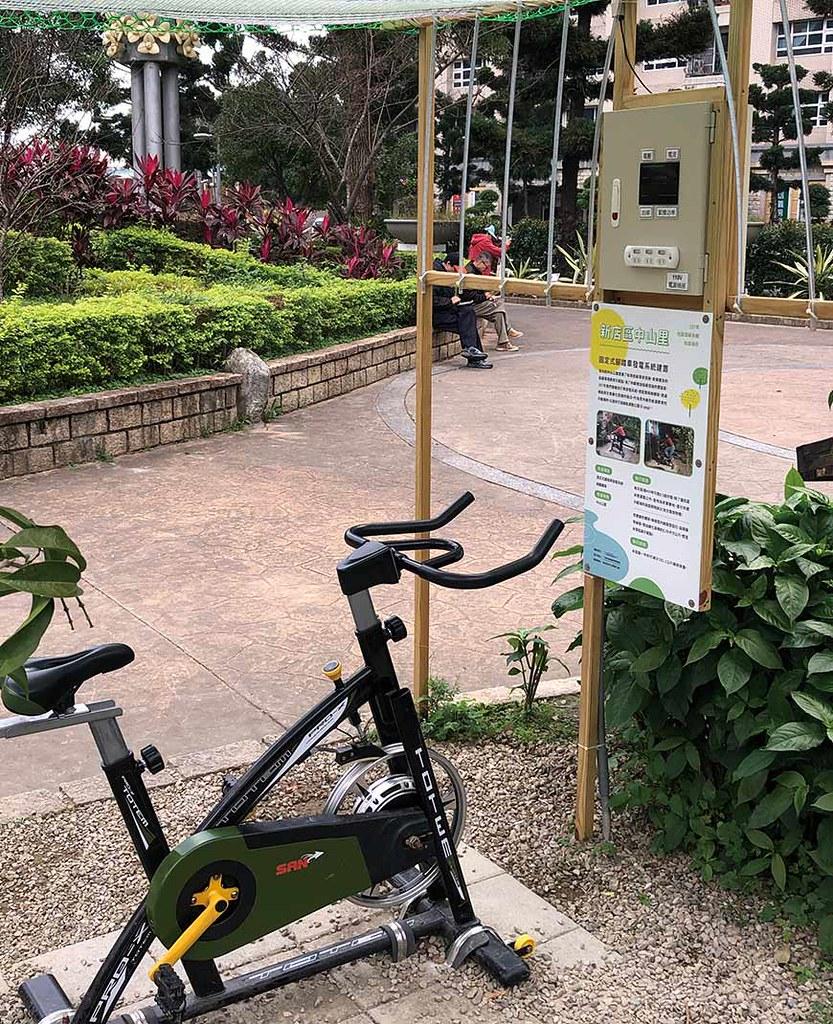 中山公園的新亮點「飛輪發電」。不但有運動健身效果,亭子裡還附設插座,可用自己的勞力換取免費電力充電。攝影:蕭婉君
