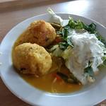 Reisbällchen mit Currygemüse