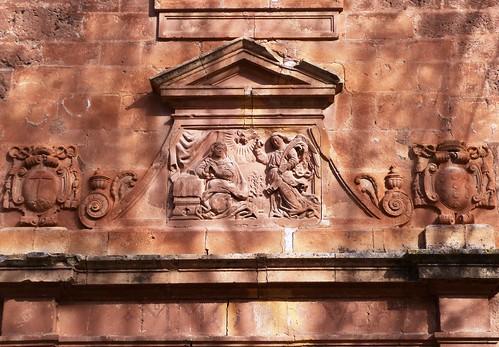 Cambil (Jaén-España). Plaza de la Constitución. Iglesia de la Encarnación. Portada. Detalle