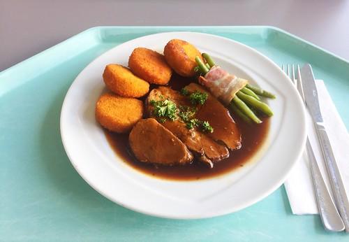 Braised leg of lamb with rosemary sauce, bacon beans & macaire potatoes / Geschmorte Lammkeule mit Rosmarinsoße, Speckbohnen & Macaire-Kartoffeln