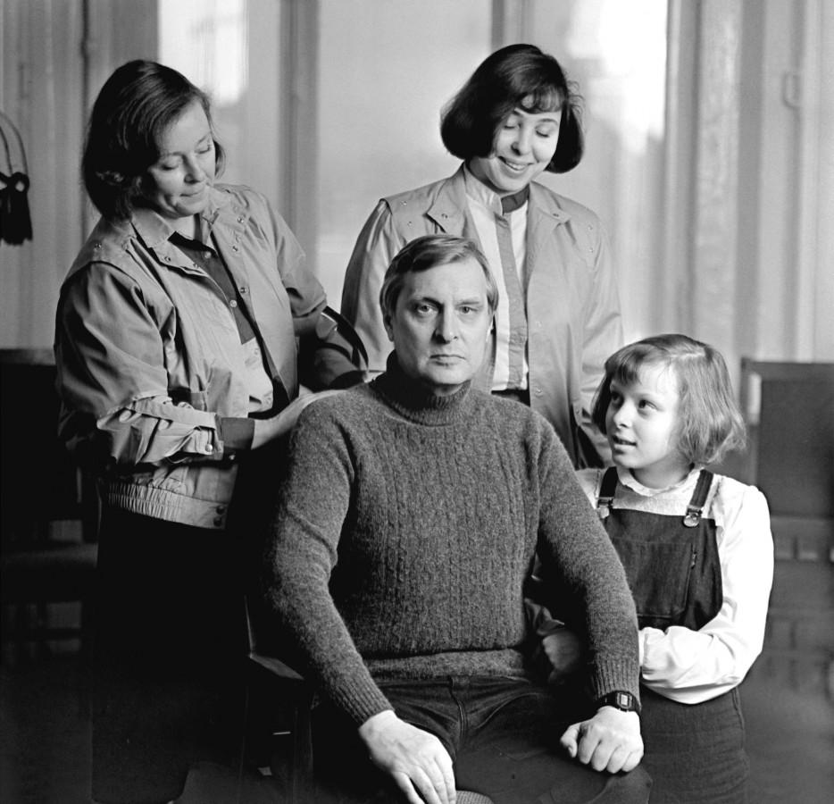 1987. Олег Басилашвили в кругу семьи — с женой Галиной Мшанской и дочерьми Ольгой и Ксенией. 7 августа