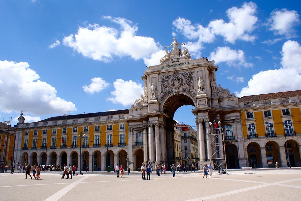 Arc de triomphe sur la place du commerce dans le quartier de Baixa à Lisbonne.