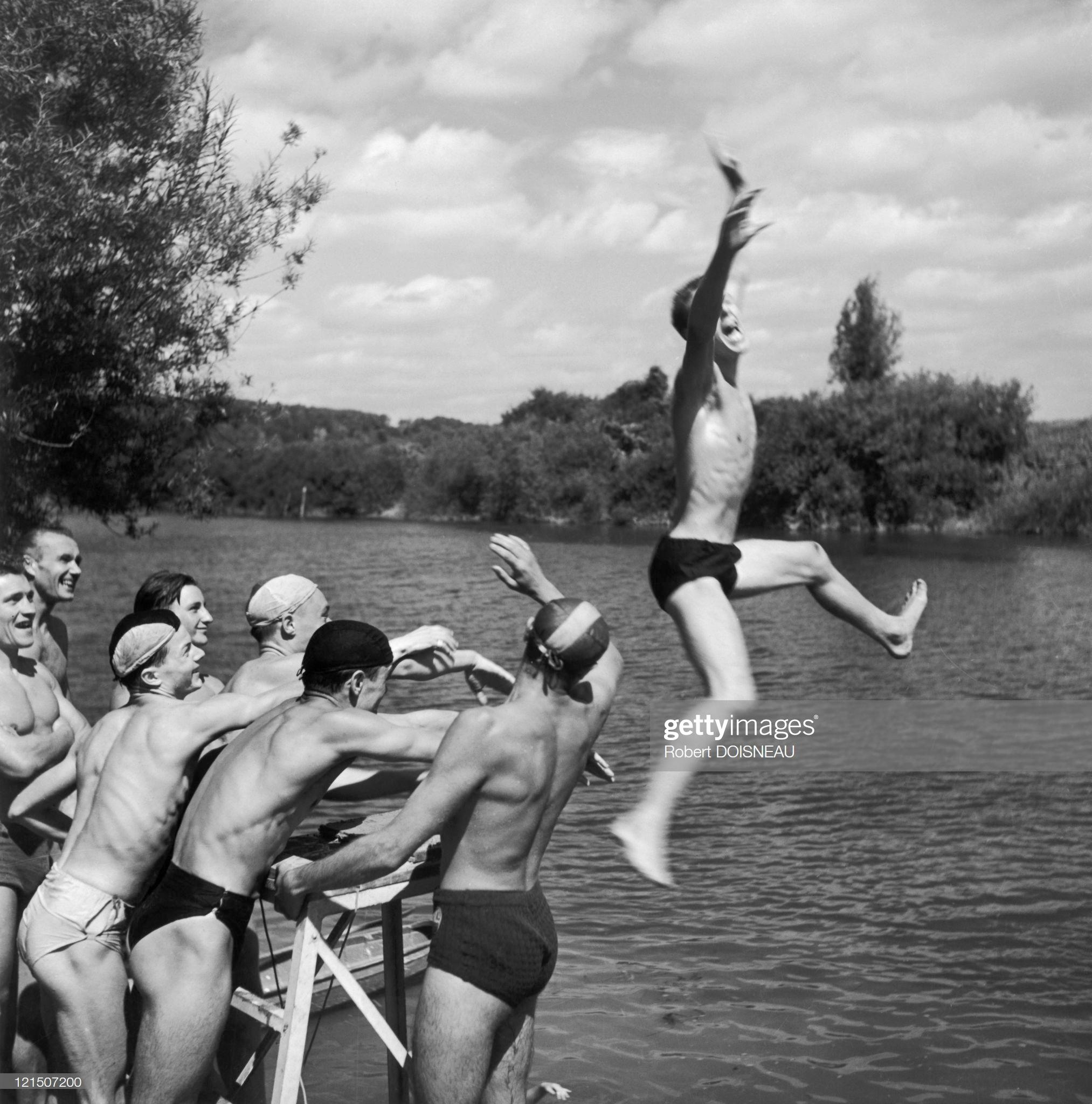 Молодые люди купаются в праздничные дни, у берегов реки Марны