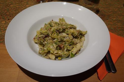 Rosenkohl mit Penne, Gorgonzola und Walnüssen