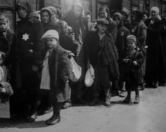 Familas judías a su llegada al campo de concentración de Auschwitz