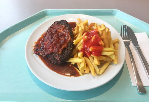 Gratinated salisbury steak with paprika sauce & french fries / Gratiniertes Rinderhacksteak mit Zigeunersauce & Pommes Frites