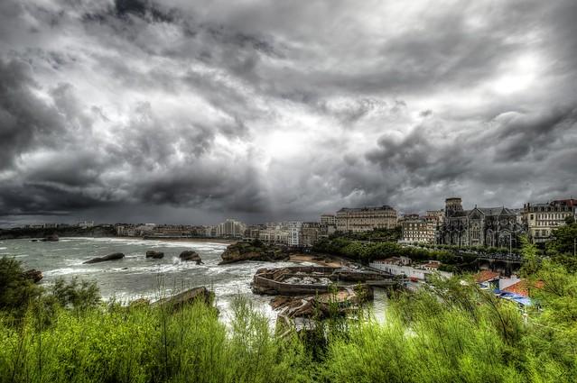 ... Jamás desesperes, aún estando en las más sombrías aflicciones, pues de las nubes negras cae agua limpia y fecunda. (Proverbio chino)