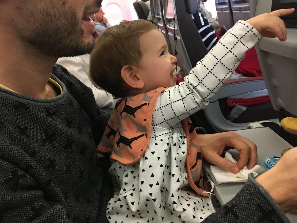 Comiendo un potito con papá en un viaje a NY