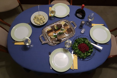 Skrei mit Olivenkartoffelstampf, Rotkohlsalat und Feldsalat (Tischbild)
