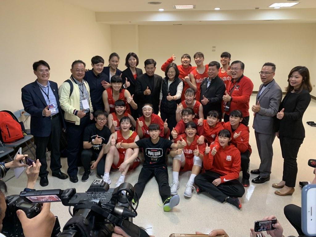 總統蔡英文與南山女籃一同慶祝奪冠。(記者倪芝蓉攝)