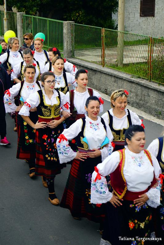 Женщины из фольклорного ансамбля во время шествия