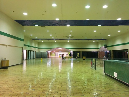 Looking west in the emptying main concourse, Galleria Mall #toronto #galleriamall #wallaceemerson #shoppingmall #latergram