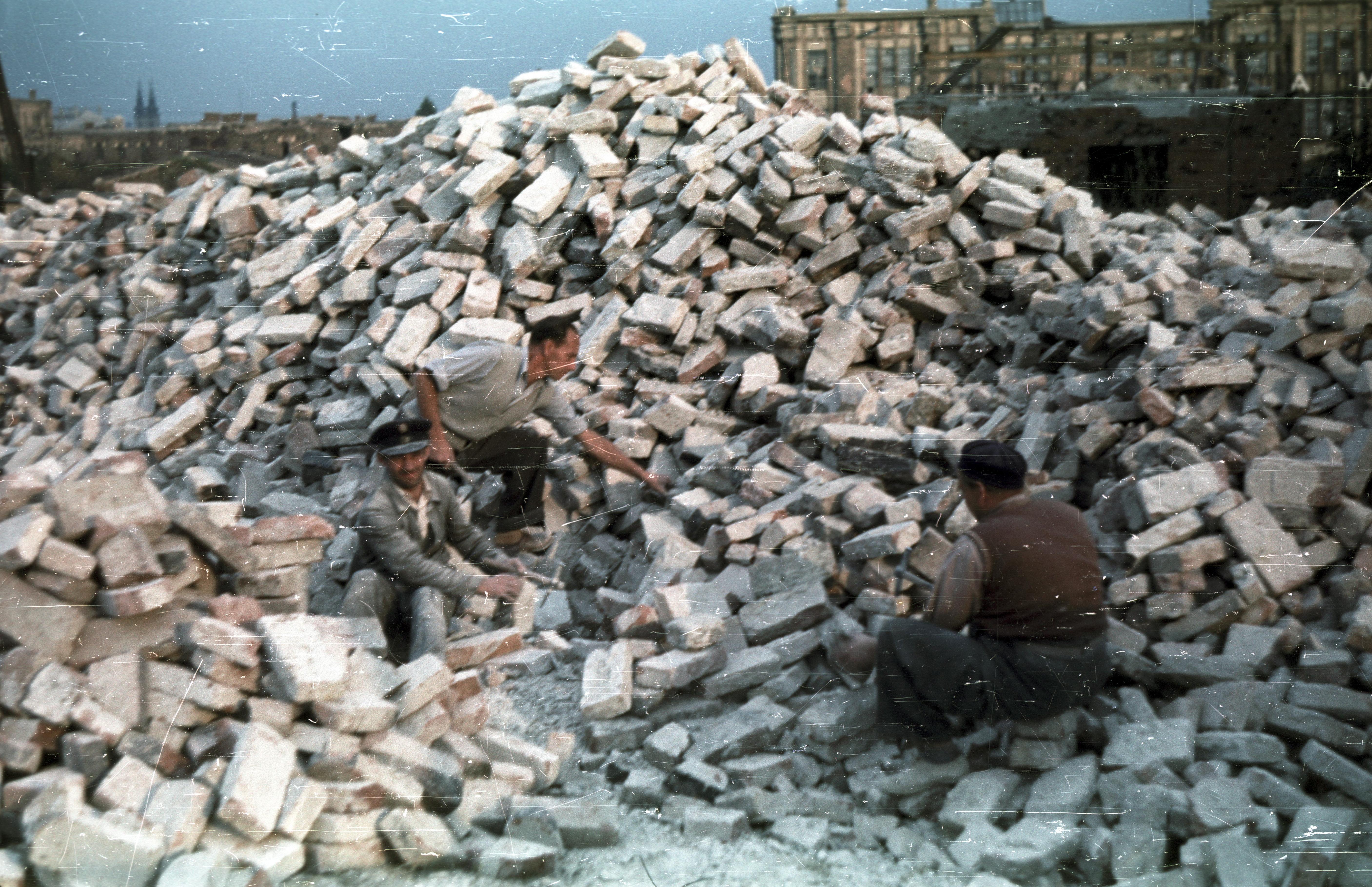 Уборка битого кирпича в районе между улицами Будаёрси и Фехерло